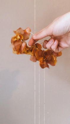 Ces créoles en hortensia stabilisés sont un classique chez atelier hosta. À porter au quotidien ou pour la tenue du grand jour. Les créoles Hortie se déclinent en 9 coloris. Grand Jour, Handmade, Atelier, Flower Crowns, Dried Flowers, Turkey Country, Classic, Outfit, Hand Made