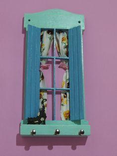 Que tal ter suas chaves organizadas e bem localizadas em sua casa, no trabalho?   Este é um lindo modelo de porta-chaves. Uma janela em madeira, onde colocamos uma cortininha para dar uma ambientação ao local e um gatinho xereta.   Fazemos em várias cores. Encomende já o seu! R$ 25,00