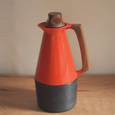 スウェーデン、木ハンドルのプラスチック製魔法瓶。 デザインは、1960年代に多くのプラスチック製品を手がけた Carl-Arne Breger。
