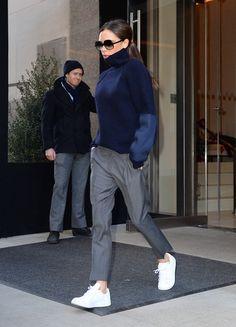 Victoria Beckhams Trick: Eine knöchellange Hose mit Sneakern kombinieren