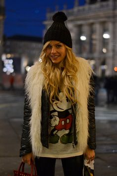 Faux fur vest, Mickey Mouse sweatshirt, liquid leggings and beanie with veil - #ootd #outfit #style #itgirl #fashionblog #veiledbeanie