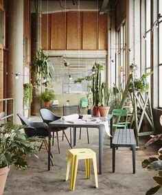 KARWEI | Grijs- en groentinten, natuurlijke materialen en stoere ontwerpen maken van je tuin een tweede huiskamer. #tuin #tuinmeubels #tuininspiratie