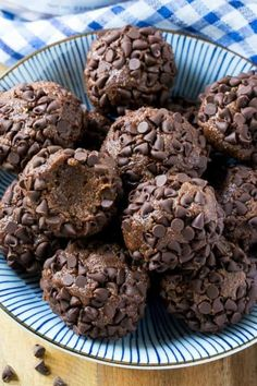 Try these No-bake Brownie Protein Bites for a fun and delicious treat. They are easy to make, high in protein and full of chocolate flavor! Healthy Protein Snacks, Protein Foods, Healthy Sweets, Healthy Food, Protein Energy, High Protein Desserts, Protein Muffins, Healthy Eating, Protein Brownies