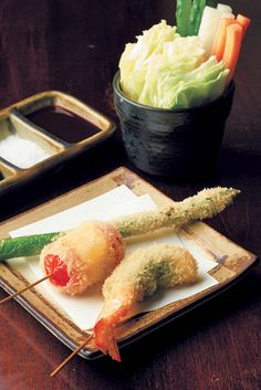 Enjoy kushiage, Japanese-style fried food, at the restaurant Hantei housed  in a classical, 3-story building that gives off the nostalgic feel of old Japan.