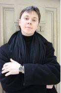 """Korpa Tamás """" Évek óta publikál a legkülönfélébb irodalmi folyóiratokban, többek között az Alföld, Bárka, Jelenkor, Hitel, Mozgó Világ és a Látó jelentette meg írásait. A szépirodalmi mellett kritikusi tevékenysége is jelentős. A Debreceni Egyetem és a Hatvani István Szakkollégium hallgatója, az Alföld Stúdió tagja. 2006-ban a Sárvári Diákírók, Diákköltők írótáborának első díjasa, vers kategóriában. 2012-ben az erdélyi Látó folyóirat debüt-díját nyerte el vers kategóriában."""""""