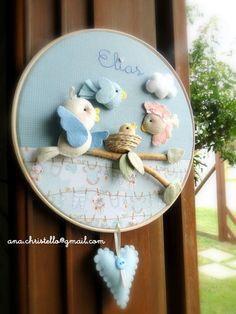 Bastidor com 25 cm diâmetro, compondo porta de maternidade com passarinhos R$ 150,00