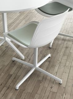 Visitor's chair with 4-Spoke base GRADE by LAMMHULTS MÖBEL | #design Foersom & Hiort-Lorenzen