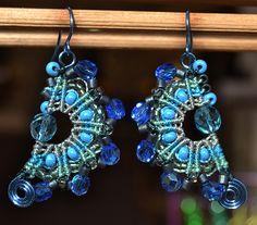 Boucles d'oreilles en micro-macramé bleues et grises