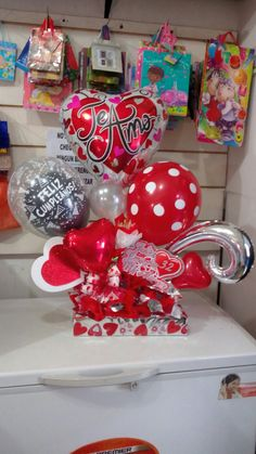 Decoración Balloon Arrangements, Balloon Centerpieces, Balloon Decorations, Balloons And More, Large Balloons, Valentine Gift Baskets, Valentine Day Crafts, Candy Bouquet, Balloon Bouquet