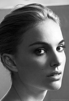 Natalie Portman make up room for Amazon Kindle DX