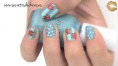 Un pintado de uñas con flores vintage muy bonito y fácil de hacer.