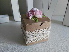 Portaconfetti in cartoncino kraft con nastro in pizzo e roselline in carta.