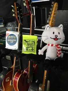 @fukuchan_roadie ちなみにギターの弦はこちら 毎本番に弦交換するギターや ハリや音色のコンディションを 確認して交換したりします  そして弦は自分が担当してから9年間 本番中に弦が切れた覚えは1〜2回位しかありません  リハ終了休憩します(´Д` )
