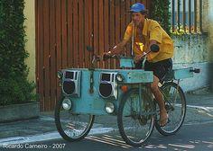 Esta bicicleta vende cuscuz pela rua. Anuncia sua chegada com a música que a globo usa para o plantão de notícias extraordinárias.