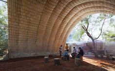 Catenarius: uma abóbada experimental de tijolos de solo-cimento