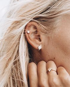 16 Helix Ear Piercings To Inspire Your Next Piercing Thinking … 16 Helix Ear Piercings To Inspire Your Next Piercing Thinking of getting your next ear piercing? Here are 16 (compelling) reasons why it should definitely be a helix ear piercing. Piercing Tattoo, Piercing Face, Types Of Ear Piercings, Cute Ear Piercings, Ear Piercings Cartilage, Double Cartilage, Tongue Piercings, Cartilage Piercing Hoop, Double Helix Piercing