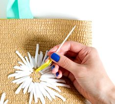 DIY Raffia Embroidered Tote - Women's style: Patterns of sustainability Embroidery Bags, Crewel Embroidery, Diy Purse No Sew, Diy Clutch, Diy Bags Purses, Boho Diy, Handmade Bags, Tote Tutorial, Straw Bag