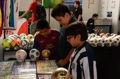 El fútbol se gesta desde los más pequeños. Aquí un grupo de niños deleitándose con las piezas de nuestra colección: álbumes, camisetas, balones, mascotas, latas ¡De todo! / #sports #soccer #fútbol #colección #soccerfan