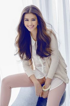 Filipina celebrity girl crush, LIZA SOBERANO and the angelic, very pretty face that can launch a thousand ships. Most Beautiful Faces, Beautiful Smile, Beautiful Celebrities, Liza Soberano, Filipina Beauty, Looks Style, Girl Poses, Girl Photography, Pretty Face