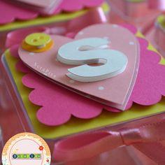 Caixa de acrílico personalizado com papel de scrapbook.    Faço em outras cores se preferir.    Fita de cetim rosa.    O valor é cobrado por unidade.    Quantidade mínima de 15 peças para esse produto. R$ 5,00