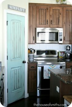 Painted pantry door ~ I love it! I wanted to paint the bedroom doors upstairs, I never thought about the pantry door! Painted Pantry Doors, Painted Interior Doors, Door Design Interior, Color Interior, Painted Doors, Interior Painting, Studio Interior, Ikea Interior, Interior Plants