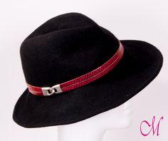 Sombrero Sitra. Fedora negro con cinta de piel y cierre metálico. www.monetatelier.com