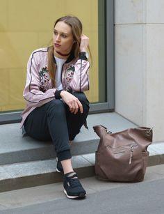 Cooles Streetoutfit mit frühlingshafter Bomberjacke und floraler Stickerei. Bequemlichkeit und Bewegungsfreiheit bietet dabei die Hyperfree Jeans aus schwarzen Stretch Denim von REPLAY.