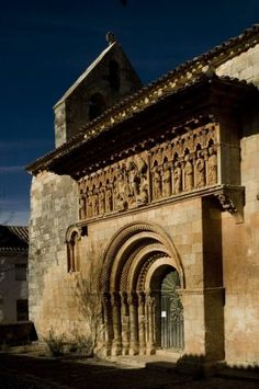 21 pueblos de Palencia para amantes del románico  #arquitectura #arte #románico #turismo #viajes #Palencia #CastillayLeón Romanesque Art, Romanesque Architecture, Sacred Architecture, Architecture Romane, Architecture Religieuse, Country Scenes, Building Structure, Chapelle, Medieval Art