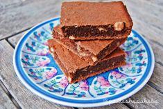 Dulce, jugoso, chocolateado, con trocitos de frutos secos… ¡bajo en grasa y sin azúcar!Lo prometido es deuda, así que aquí os traigo la versión libre de remordimiento para comp…