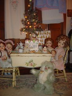 Lovely vintage dolls having Christmas tea. Christmas Past, Christmas Photos, Vintage Christmas, Xmas, Girl Dolls, Baby Dolls, Porcelain Dolls For Sale, Porcelain Jewelry, Porcelain Vase