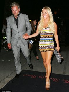Putting in the leg work! Jessica Simpson showed off her toned pins in a colorful mini dress as she stepped out in New York City with her husband Eric Johnson after appearing on The Tonight Show Starring Jimmy Fallon Jessica Simpsons, Celebrity Moms, Celebrity Style, Jessica Simpson Legs, Star Fashion, Boho Fashion, Eric Johnson, Jessica Ann, Charlize Theron