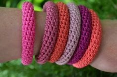 Try with umpteen shades of one colour - Gratis haakpatroon armbanden. Bracelet tutorial in Dutch by Vicarno. Love Crochet, Bead Crochet, Crochet Gifts, Diy Crochet, Crochet Flowers, Crochet Hooks, Spiral Crochet, Crochet Bracelet Pattern, Bracelet Patterns