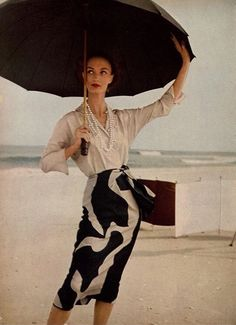 Evelyn Tripp in pongee silk sand-beige shirt tucked into black and beige print skirt by B.Wragge, photo by Louise Dahl-Wolfe, Harper's Bazaar, December 1954 Moda Vintage, Vintage Vogue, Vintage Glamour, Diana Vreeland, Moda Fashion, 1950s Fashion, Retro Outfits, Vintage Outfits, Martin Munkacsi