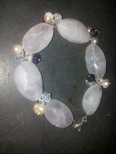 Bracciale in quarzo rosa e charms in perle, pietre, cristalli