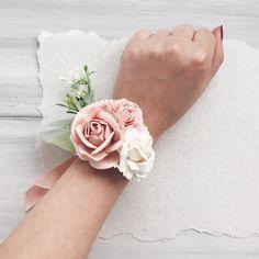 Pulseras flor hermosa con vegetación, blush flores rosas y blancas. Ver mi tienda ➳ https://www.etsy.com/ru/shop/SERENlTY ---IMPORTANTE LEER--- Lista de espera es el ahora. Este artículo se hará cuidadosamente y después de 15 de mayo. INFORMACIÓN DE ENVÍO Para los clientes internacionales: Envío en todo el mundo! Generalmente tarda unos 2-3 semanas para pedidos internacionales en llegar dependiendo de donde estás situado y costumbres. Para pedidos nacionales (Rusi...