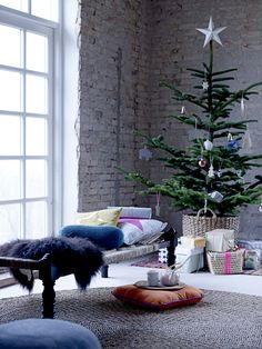 Top Minimalist And Modern Christmas Tree Decor Ideas - Christmas Celebration - All about Christmas Scandinavian Christmas Trees, Minimalist Christmas Tree, Modern Christmas, Christmas Fashion, Simple Christmas, Scandi Christmas, Noel Christmas, Christmas And New Year, Winter Christmas