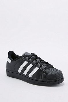 adidas Originals - Baskets Superstar noires et blanches - Urban Outfitters