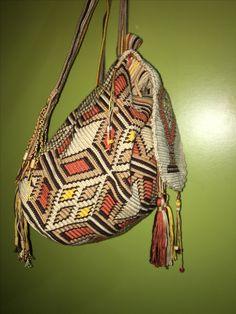#dosttanhandmade #wayuumochilabags #wayuumochila Tapestry Bag, Tapestry Crochet, Crocheted Bags, Crochet Purses, Some Ideas, Crochet Projects, Knitting, Pattern, Toco Toucan