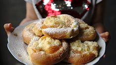 Nemusíte za každou cenu vymýšlet nové recepty, když fungují ty osvědčené! Třeba tento výborný recept na kynuté těsto, dnes ve formě ovocných koláčů s meruňkami a tvarohem! :)