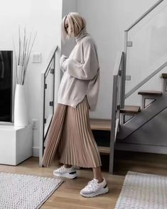 Big sweater + half skirt is the most fashionable way to open in early spring - JimIamy - Fall Outfits Trendy Fall Outfits, Fresh Outfits, Casual Outfits, Modest Fashion, Hijab Fashion, Korean Fashion, Fashion Outfits, Long Skirt Fashion, Swag Fashion