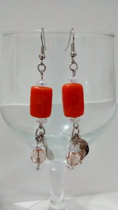 Lindos brincos com pedras quadras em tom laranja e contas. Peça exclusiva. R$ 17,30