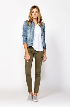 Olive green pants outfit, outfits with green pants, spring jeans outfit Outfit Jeans, Cargo Pants Outfit, Skinny Cargo Pants, Today's Outfit, Khaki Skinny Jeans Outfit, Denim Pants, Khaki Jeans, Jean Outfits, Fall Outfits