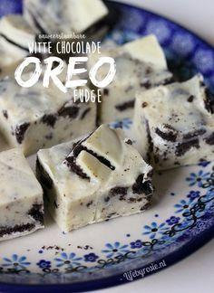 Witte chocolade fudge met oreo's - Life By Rosie Fudge Recipes, Snack Recipes, Oreo Fudge, Chocolate Fudge, White Chocolate, Oreo Cheesecake Recept, Delicious Chocolate, Homemade Fudge, High Tea