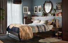 Lakályos modern hálószoba, kék és barna színben, TRYSIL ággyal, éjjeliszekrénnyel és 4-fiókos szekrénnyel, sötétbarna színben.