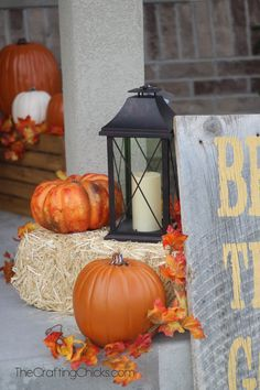 Want to have the prettiest front porch on the block this fall? Check out these DIY fall porch decorating ideas that are both easy and cheap to make! Diy Fall Wreath, Fall Diy, Fall Wreaths, Small Porch Decorating, Diy Porch, Porch Ideas, Small Porches, Sweet Home, Fall Pumpkins