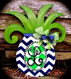 Pineapple door hanger idea, I could do this with foam core board and my projector for our front door. Painted Doors, Wooden Doors, Wooden Signs, Wooden Crafts, Diy Crafts, Beach Crafts, Burlap Door Hangers, Wooden Hangers, Wooden Cutouts