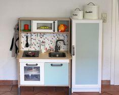 Kinderkühlschrank basteln: Viele suchen etwas Passendes zur IKEA DUKTIG Küche. Auf unserem Blog gibt es Ideen, wie du einen Kinderkühlschrank passende zur IKEA DUKTIG Kinderküche selbst baust. Mit Ideen fürs Innenleben und die Gestaltung.
