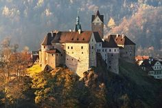 Loket gothic castle in the town of the same name (West Bohemia), Czechia Gothic Castle, Templer, Heart Of Europe, Famous Castles, Historical Monuments, Beautiful Castles, Fortification, Abandoned Buildings, Kirchen