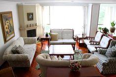 Este gran apartamento ubicado en La Calleja, en el piso 4to,exterior, vista en el parque, con un área de 227 mts, 4 balcones, 9 closets, 3 alcobas cada una con su baño, alcoba principal con vestier mas closet amplio, cuarto y baño de servicio, 5 baños en total, salón con chimenea, comedor con balcón, estudio amplio con balcón, cocina amplia, sanicop tipo isla con balcón... Mas informacion y fotos en: http://www.clasinmuebles.com/properties/bogota/magnifico-y-comodo-apartamento-460.html