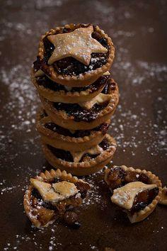 ¿Sabéis lo que son los Mince pies? Son como unas tartaletas o pastelitos rellenos de un picadillo (mincemeat) a base de manzana, fruta seca, ralladura de naranja y limón, almendra, azúcar, especias, mantequilla y licor. Es un dulce británico que se consume habitualmente en la época de Navidad y Año Nuevo. Sus orígenes se encuentran en la Edad Media, donde estos pastelitos llevaban carne y era la fruta seca y las especias quienes ayudaban a su conservación. El mincemeat lo venden en conserva…